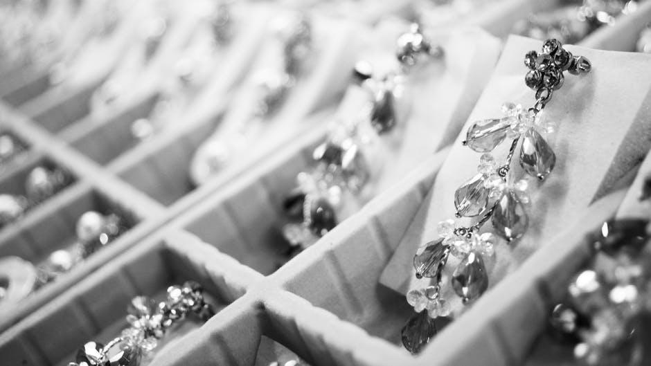 Pourquoi opter pour la revente de bijoux en bijouterie ?