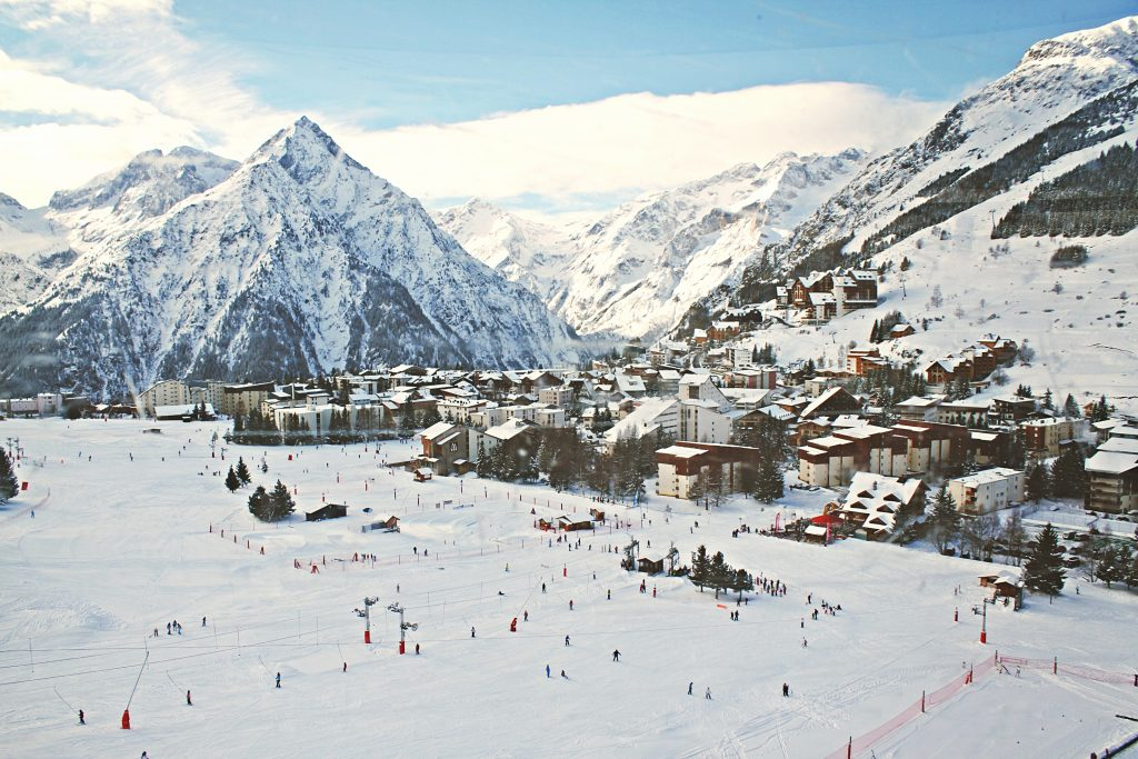 Village sous la neige montagne Alpes