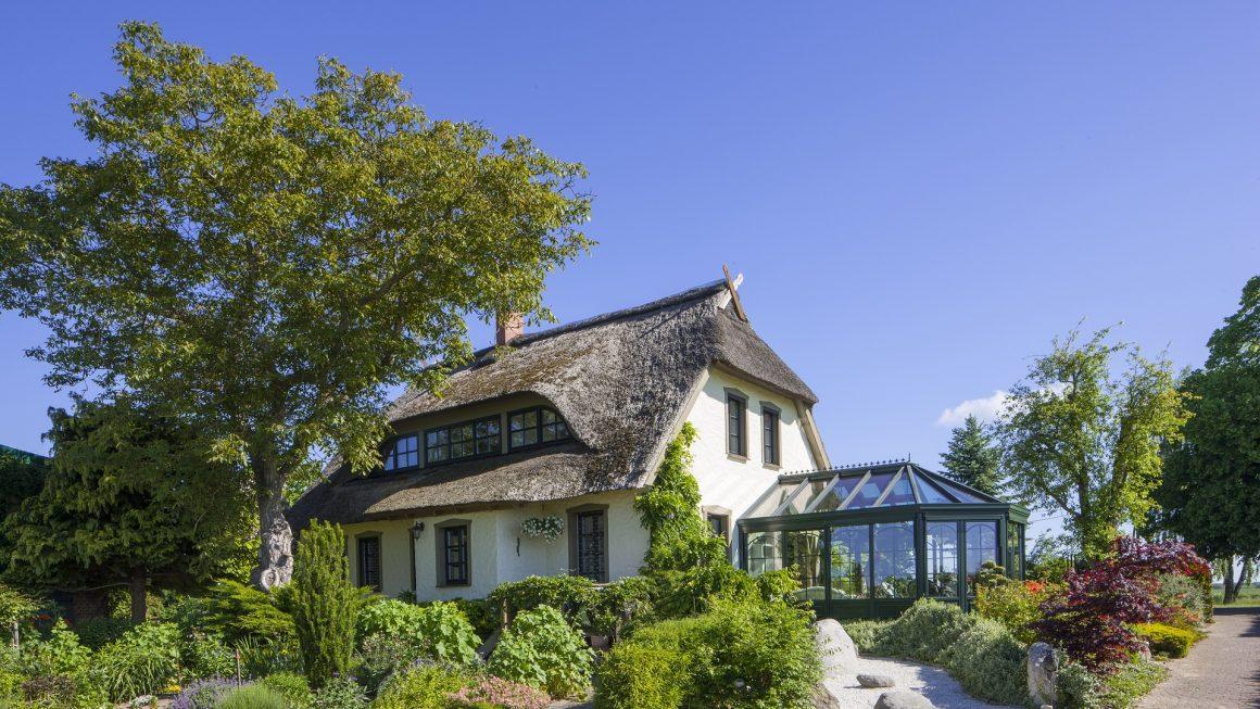 maison traditionnelle avec une véranda à chevrons