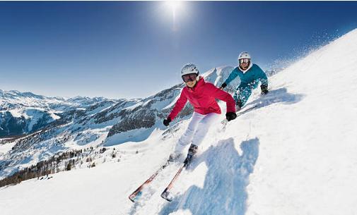 deux skieurs qui descendent une piste en skis