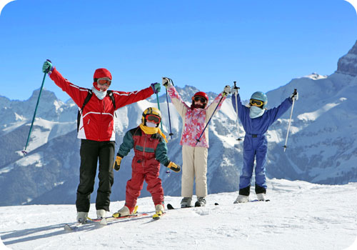 famille au ski qui prend la pose pour une photo