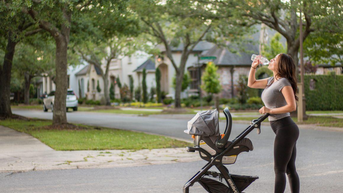 Jeune maman qui fait du jogging avec son bébé dans une poussette