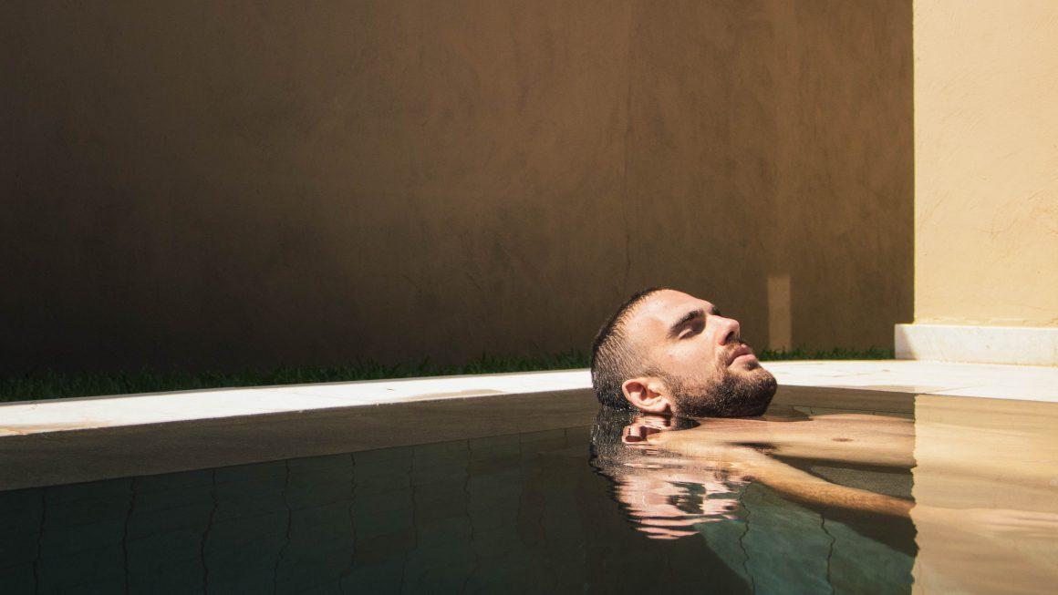 Un homme détendu dans un spa