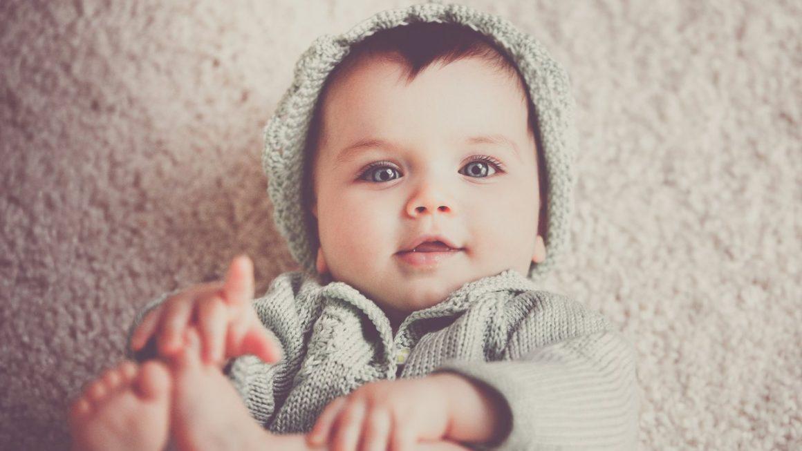 Bébé habillé de laine