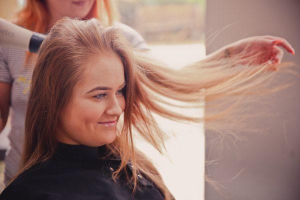 Comment se lancer dans la coiffure à domicile ?