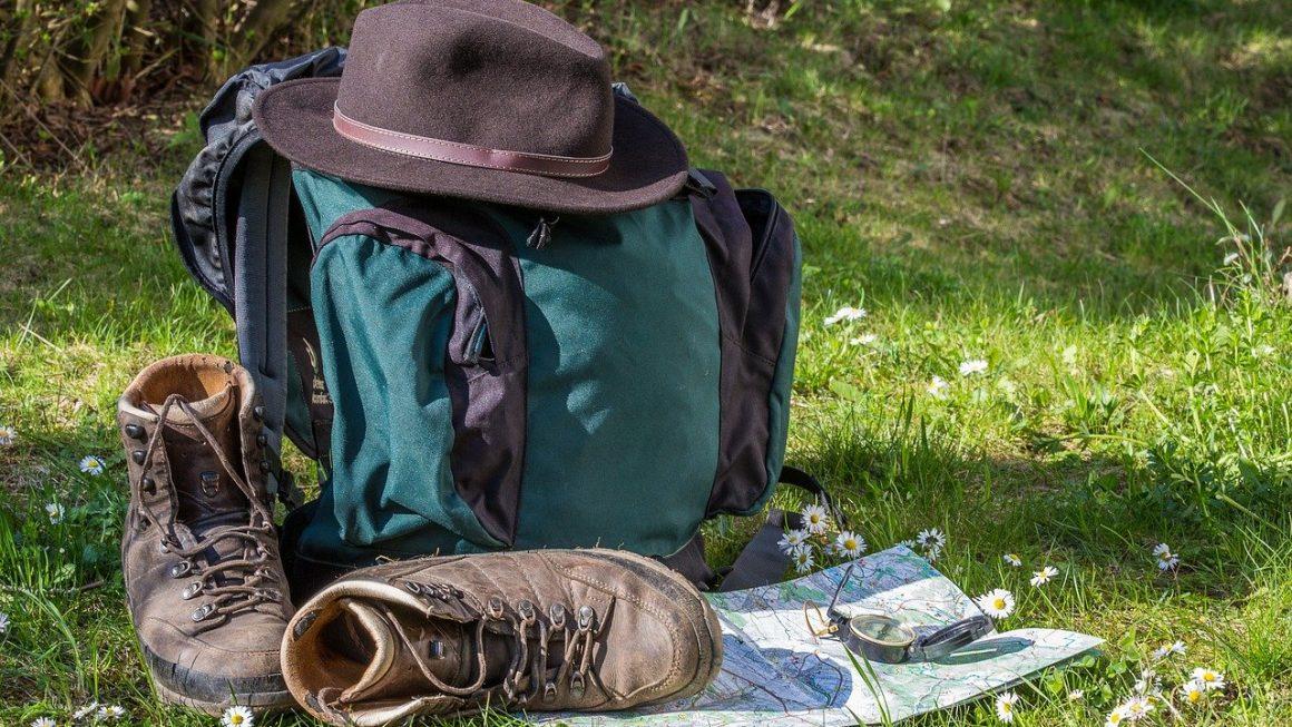 chapeau posé sur un sac de randonnée