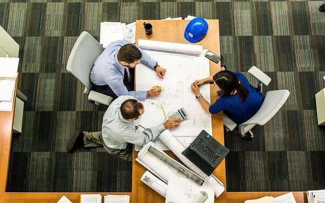 location bureau lyon avec personnes en réunion