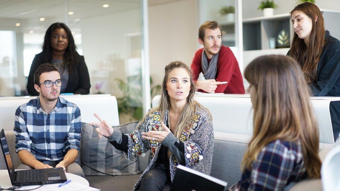 location bureau lyon avec plusieurs personnes en réunion
