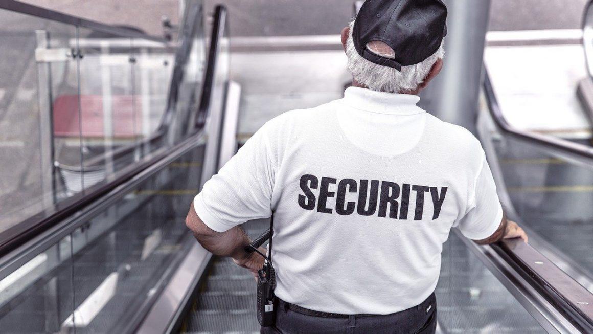 agent de sécurité sur un escalator