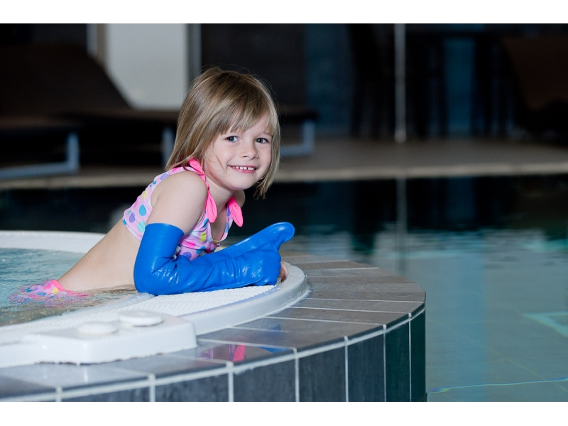 piscine et plâtre enfant
