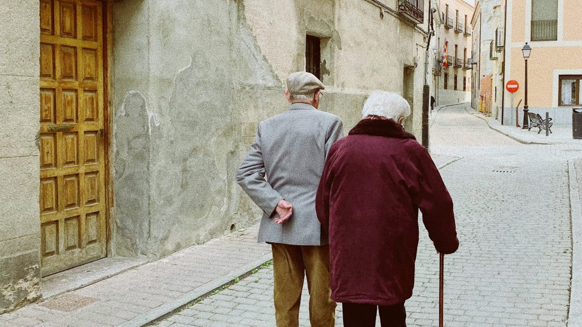 résidence senior nantes avec deux personnes âgées marchant dans la rue