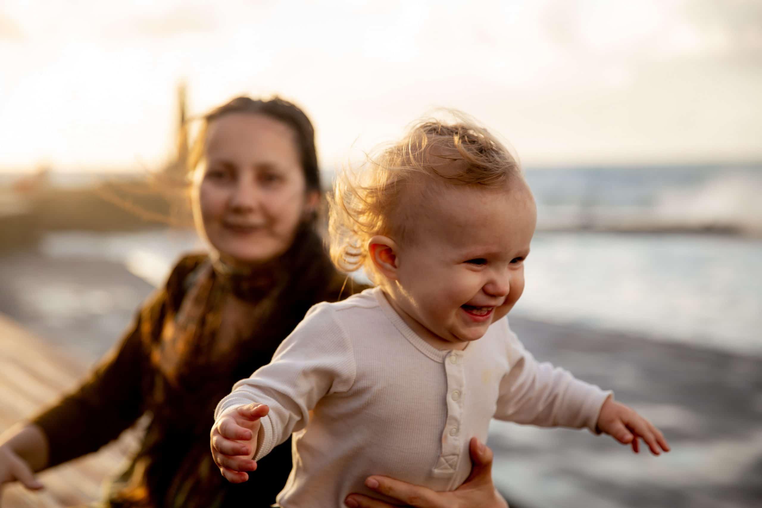 Bébé qui apprend à marcher grâce à un porteur